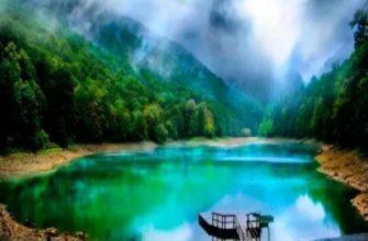 яркая вода в озере